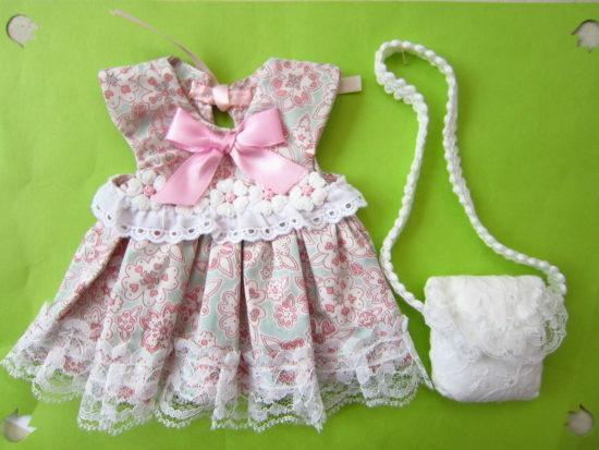 ドレス+白のバッグ